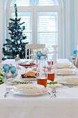 Weihnachtlich gedeckter Esstisch