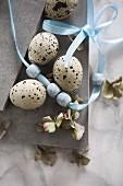 Österliches Stillleben mit Wachteleiern, Perlenband & Hortensienblüten