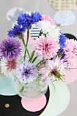 Pastellfarbener Blumenstrauss aus Kornblumen und Jungfer im Grünen