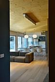 Minimalistischer Designer-Wohnbereich mit Loungesofa und Blick auf Essbereich