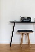 Schlichter Konsoltisch mit Schreibmaschine, Holzhocker