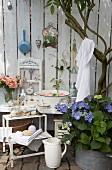 Nostalgisch dekorierte Ecke im Garten mit altem Waschzubehör