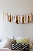 Schlafzimmer mit Accessoires in zarten Farben