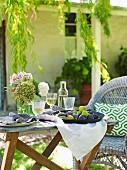Gedeckter Tisch zu Ostern im Garten