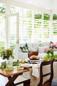 Gedeckter Tisch zu Ostern im Wohnzimmer