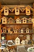 Vogelhäuser und Gehäuse für Kuckucksuhren in einer traditionellen Werkstatt