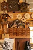Kuckucksuhren und Zifferblätter in einer traditionellen Werkstatt