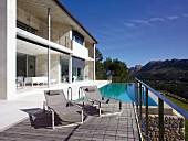 Modernes Ferienhaus mit Pool vor Terrasse