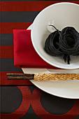 Asiatisches Tischgedeck in Rot, Schwarz und Weiss