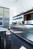 Küche mit Edelstahlfronten im Industriestil