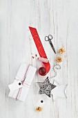 Ein rot-weiß verpacktes Geschenk und Verpackungsmaterial