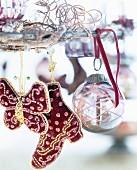 Kunstvoll bestickte Motiv-Anhänger und Glaskugel aufgehängt an Metallkranz