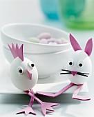 Mit Moosgummi lustig gestaltete Eier als Osterdekoration