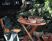 Gesammelte Herbstfunde in Körben auf einem Klapptisch im Garten