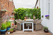 Rustikaler Sitzplatz auf einer Terrasse mit Backsteinwand