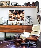 Wohnzimmer mit Holzmöbeln und Sammlung verschiedener Raritäten