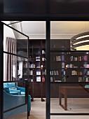 Blick auf elegante, traditionelle Bibliothek mit türkisblauen Lesesesseln