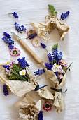 Traubenhyazinthen und Gänseblümchen in Vintage Papier eingewickelt