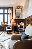 Traditionelles, elegantes Musikzimmer mit Notenständer und Polsterhocker vor Fenster
