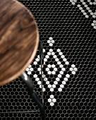 Hocker auf schwarz-weißem Mosaikfussboden, Restaurant Charango, Cape Town, Südafrika