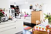 Wohnküche mit bunten Farbakzenten und Kindern