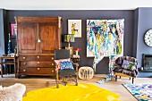 Künstlerisches Wohnzimmer mit grauer Wand und Kunstwerk