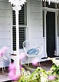 Korbstuhl auf der Veranda eines Viktorianischen Hauses