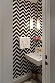 Schwarz-weiße Tapete mit Zickzack-Muster im kleinen Bad
