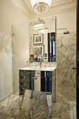 Edles Marmorbad mit Duschbereich und nostalgischem Waschbecken
