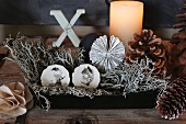 Schachtel mit Flechten und handbemalten Porzellanknöpfen mit Tiermotiven zu Weihnachten