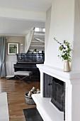 Kamin in traditionellem Wohnzimmer mit Klavier