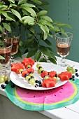 Obstspiesschen auf weißem Teller und DIY-Tischset