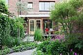 Backsteinhaus mit Vorgarten, Terrasse und Teich