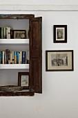 Bücherregal in Wandnische mit rustikalem Fensterladen