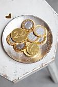 Euro Schokoladenmünzen auf Teller