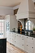 weiße Landhausküche mit nostalgischem Charme und schwarzer Silestone-Küchenarbeitsplatte