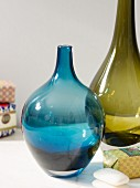 Bauchige Glasvasen in Blau und Grün