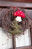 Rustikaler Türkranz mit Filzarbeiten als winterlich, weihnachtliche Türdekoration