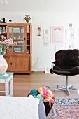 Naturbelassener Vitrinenschrank mit Schiebetüren in Retro Wohnraum