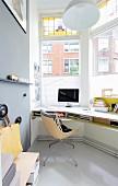 Arbeitszimmer mit Schreibtisch vor Fenster