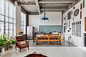 Offene Küche mit eklektischer Einrichtung und Wandgestaltung mit Glas in Loft