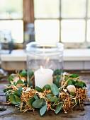 Windlicht mit Kerze im Strohkranz als Osterdeko