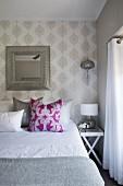 Elegantes Schlafzimmer mit Ornament-Tapete