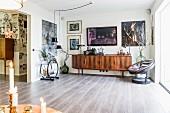 Art-Deco Serviertisch, Retro Sideboard und Sessel in offenem Wohnbereich