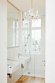 Leeres Badezimmer mit Kronleuchter