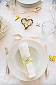 Frühlingshaft gedeckter Tisch mit kleinen Dekofiguren