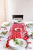 Romantisch gedeckter Tisch mit Herzen und Rosen