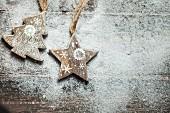 Weihnachtsbaum und Stern aus Holz auf Kunstschnee