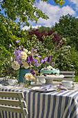 Festlich gedeckter Tisch in Blau-Weiß im Garten