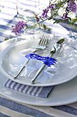 Laminiertes Namenschild mit Glockenblumenmotiv auf dem Teller